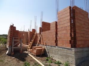 Elfogadták a 300 négyzetméternél nagyobb lakóingatlan nem kereskedelmi célú építésére történő kiterjesztésével összefüggő módosításáról szóló törvényjavaslatot